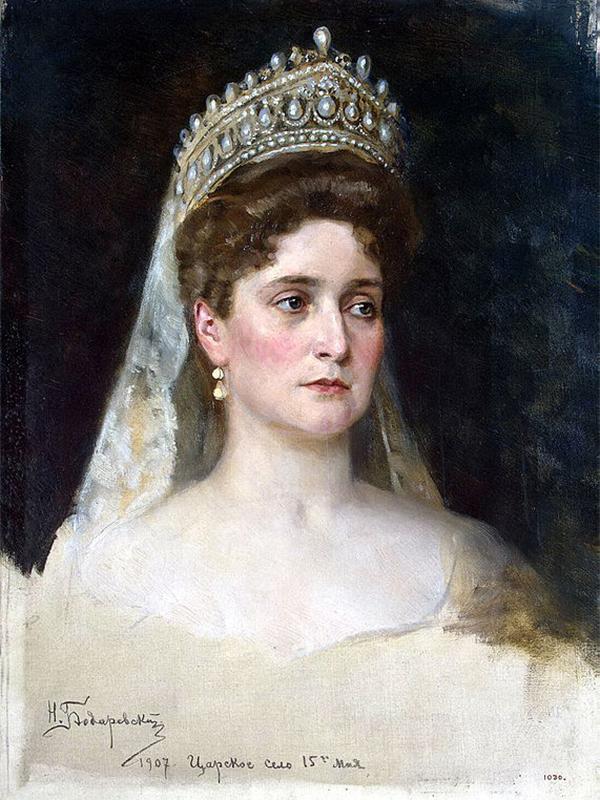 Aleksandra Fyodorovna (1872 –1918), menjadi permaisuri Rusia setelah menikah dengan Nikolai II, kaisar terakhir Kekaisaran Rusia. Lahir sebagai Alix dari Hesse dan Rhine, ia merupakan cucu Ratu Victoria dari Inggris. / Potret Permaisuri Aleksandra Fydorovna, Nikolay Bodarevskyi, 1907.