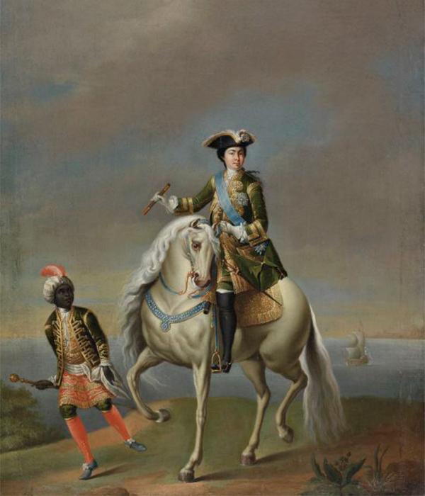 男性用の正装の制服を着て白馬に乗る女帝エカチェリーナ。皇后を描いたものとしてはユニークで変わったものだ。/ アフリカ人の召使いを伴う女帝エカチェリーナ1世の乗馬姿の肖像、ゲオルク・グルート、18世紀半ば。