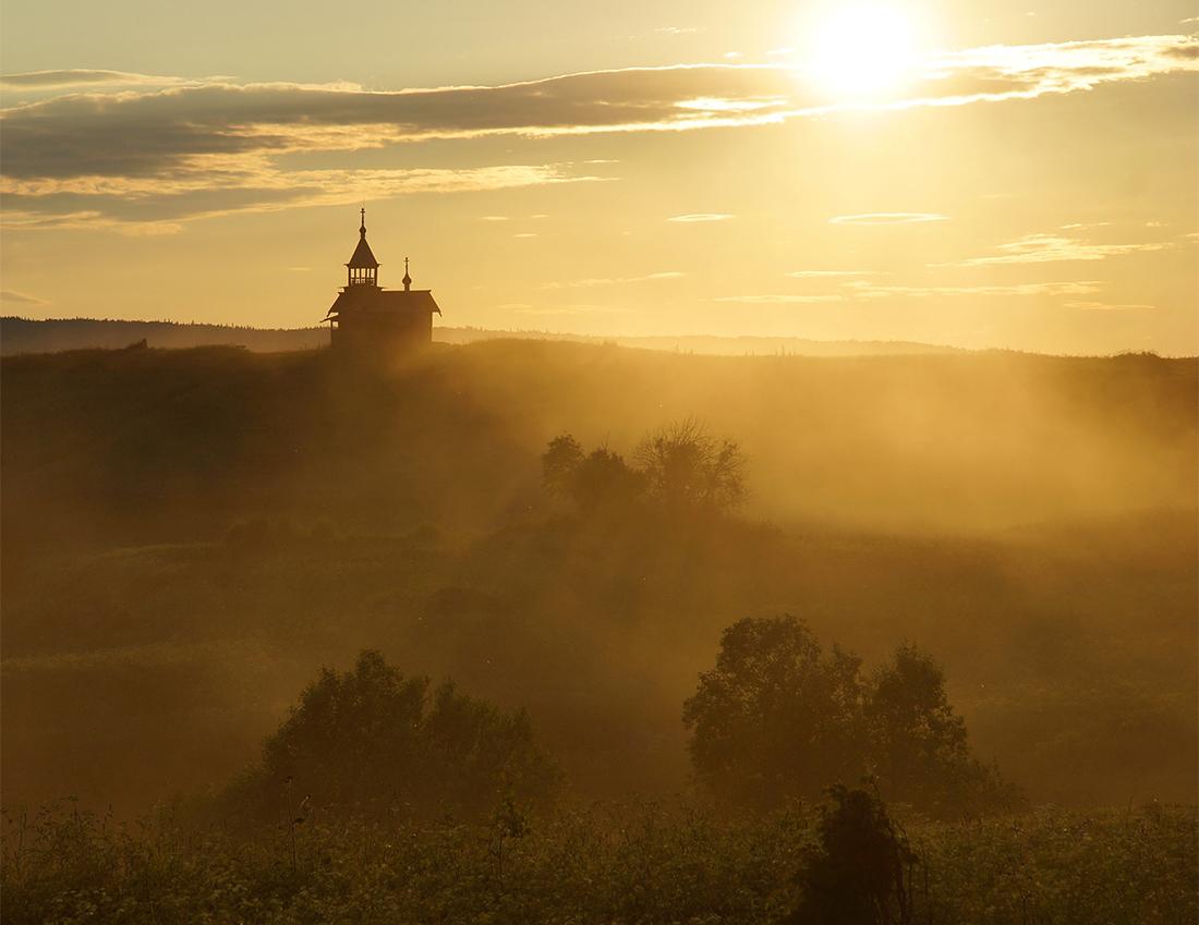 12/12. Карелија се налази на далеком северу Русије, па летње ноћи нису тако мрачне. Јутарње сунце од ране зоре обасјава острво топлим зрацима жуте светлости.