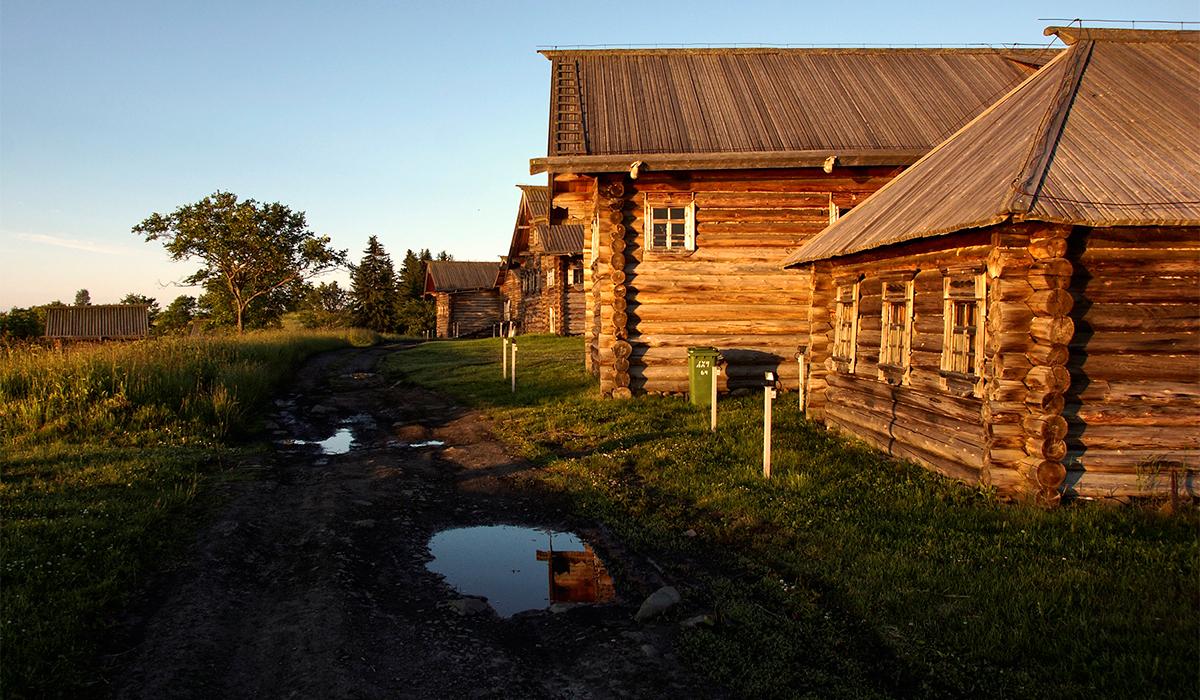 """Пьотър Косих е руски фотограф, който често пътува из Русия. Той сподели снимките от остров Кижи с """"Руски дневник"""", както и личните си впечатления от пътешествието. """"В 4:30 сутринта тръгнахме от Санкт Петербург по Мурманската магистрала. Пътят от 400 км ни отне повече от 4 часа и най-накрая пристигнахме в Петрозаводск на езерото Онега. Там имаше лодка, която за час и половина щеше да ни отведе до Кижи – един от най-красивите острови в Русия""""."""
