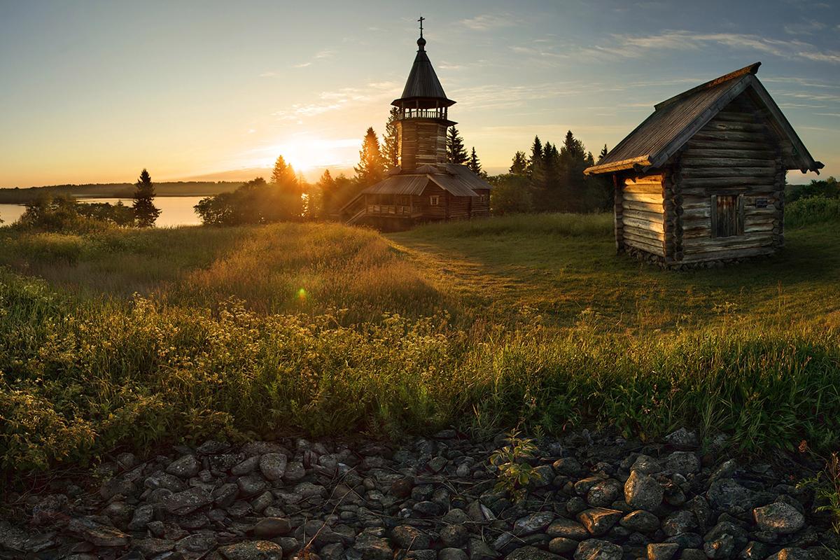 3/12. Кижи се налази покрај северозападне обале језера Оњега у Републици Карелији. На њему има много дрвених кућа и цркава изграђених у духу традиционалне културе руског Севера.