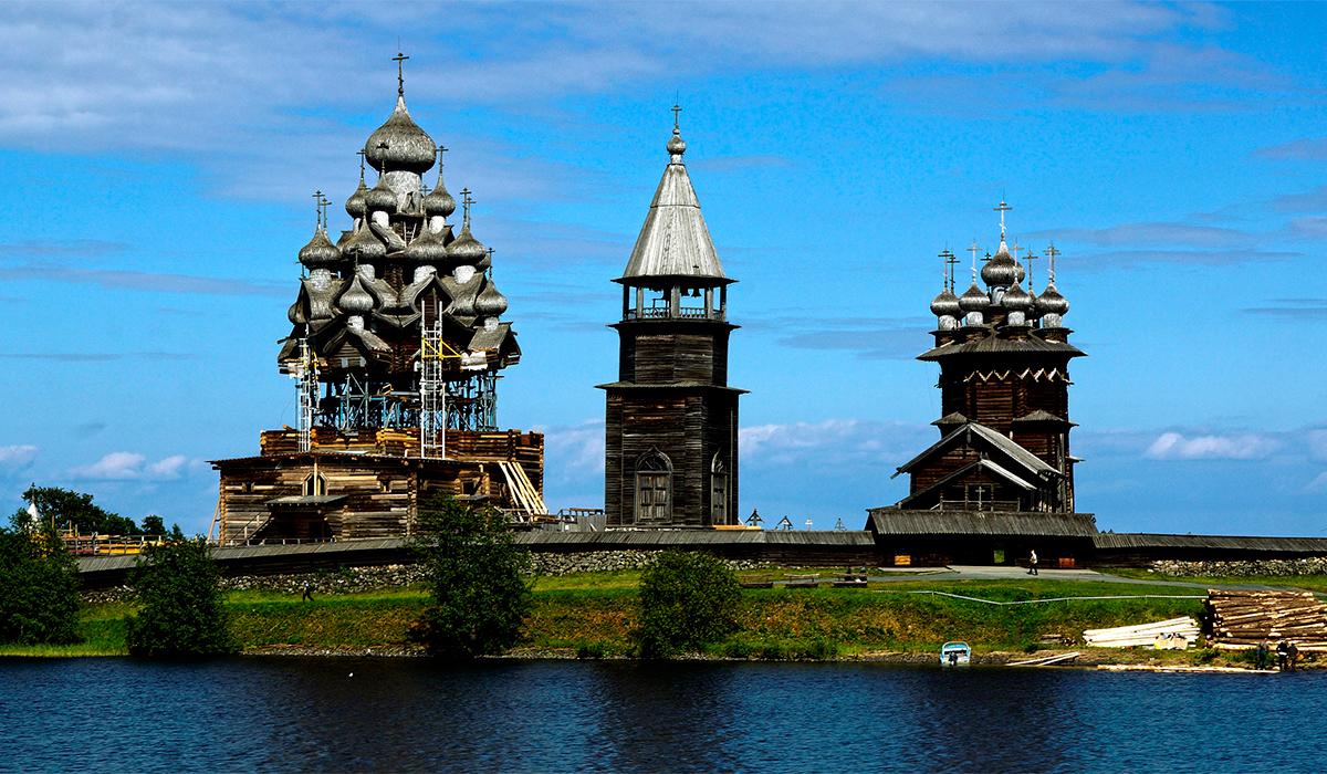 4/12. Острво је јединствено по броју и разноликости грађевина, међу којима су и две цркве с оградом и звоник саграђен крајем 18. или почетком 19. века, као и други оригинални примерци православне дрвене архитектуре.