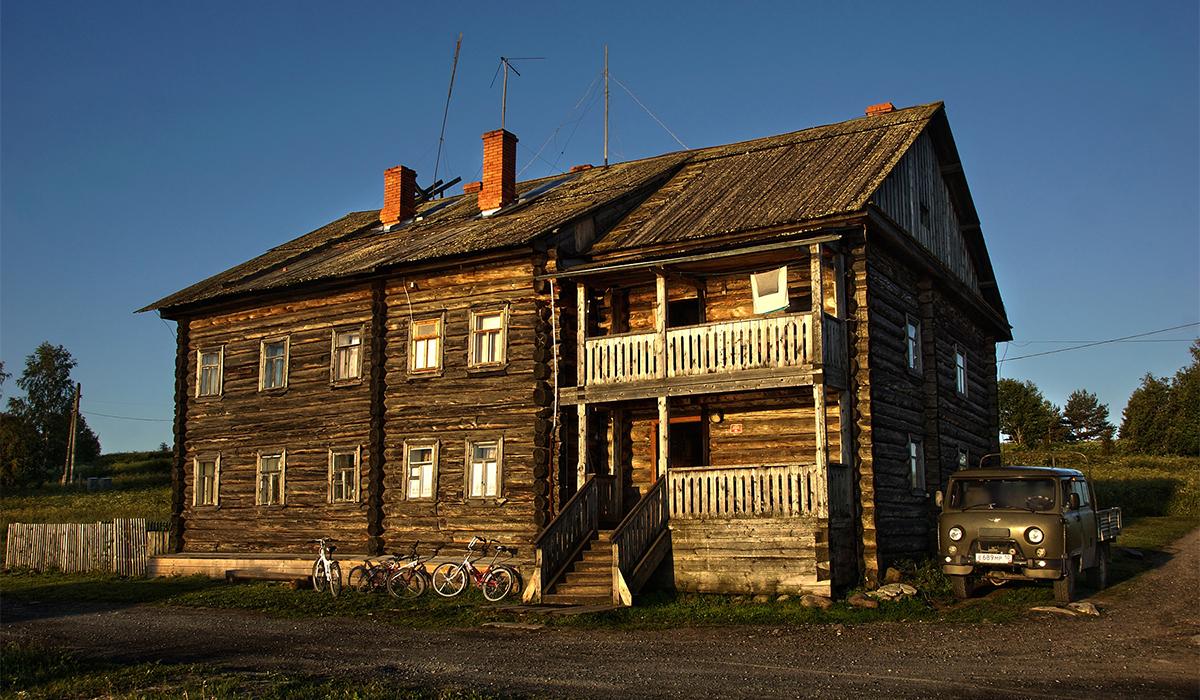 """5/12. """"У средишту острва смештено је село Јамка. Чини га једна улица у којој живи десет сталних житеља. Три сата шетали смо унаоколо посматрајући начин живота локалног становништва, сеоска имања, купатила (рус. """"баня"""") и дрвене куће у којима вековима живе староседеоци Карелије."""""""