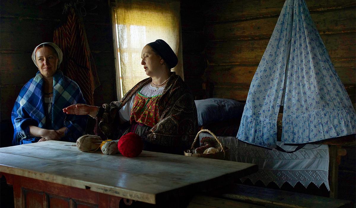 """8/12. Ово је пример куће саграђене за туристе – њена унутрашњост изгледа као традиционални дом становника Карелије. Овде фолклорне групе изводе песме и игре или приповедају народне приче. """"Снимио сам карелску фолклорну групу у Дому Јаковљева како певају традиционалне лирске песме."""""""