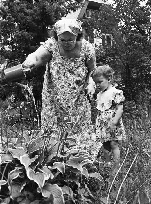 """В парка """"Соколники"""" в Москва в момента е поместена фотоизложба за историята на дачите в Русия. Редките снимки са от Държавния централен архив на Москва. Изложбата продължава до 5 юли 2015 година. // Съветската актриса Ирина Арчипова с внучката си на почивка в дачата, 1997."""