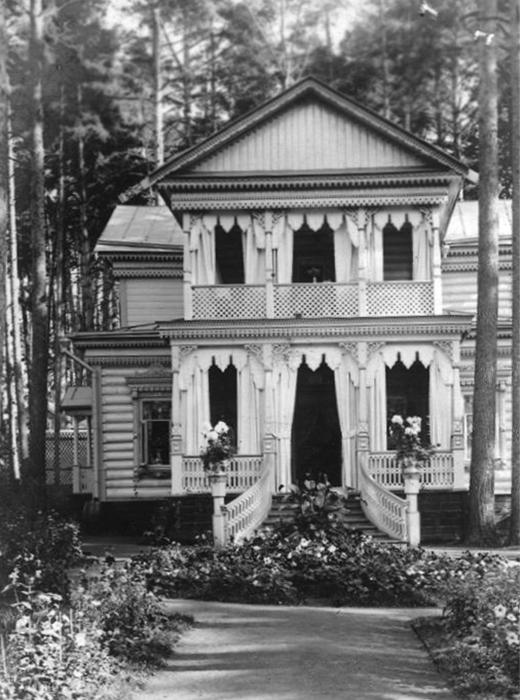 第二次世界大戦後、ソ連政府は土地を国民に割り当てた。土地は狭く(600平方M、約180坪)、「600」と呼ばれていた。ダーチャの所有者は敷地内で小さな家を建て、残りの土地を畑にした。/1953年、「鎌・槌工場」の電気技師アンドレイ・セルゲエフのダーチャ