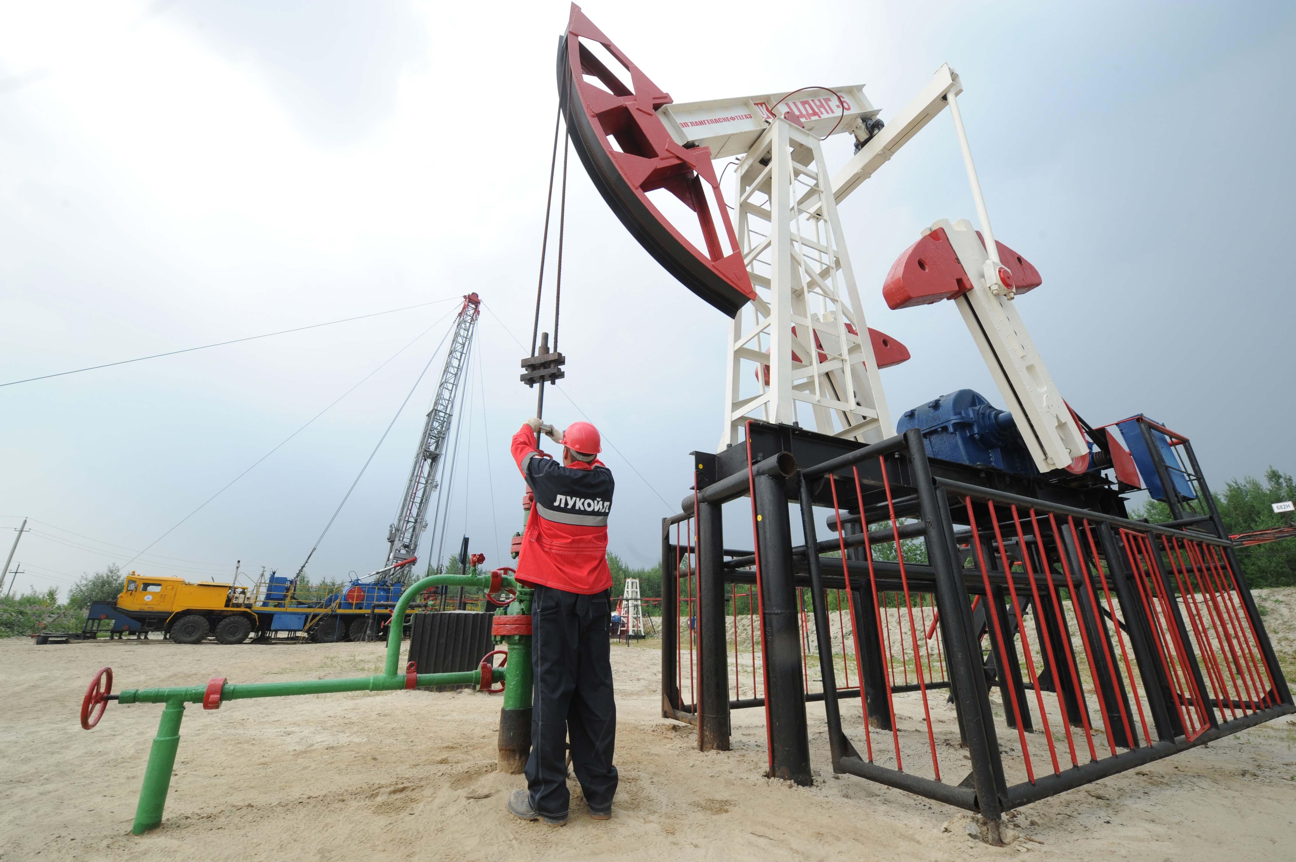 Ръстът на добива в САЩ, в Саудитска Арабия и в други страни означава, че петролът на световния пазар ще се увеличава.