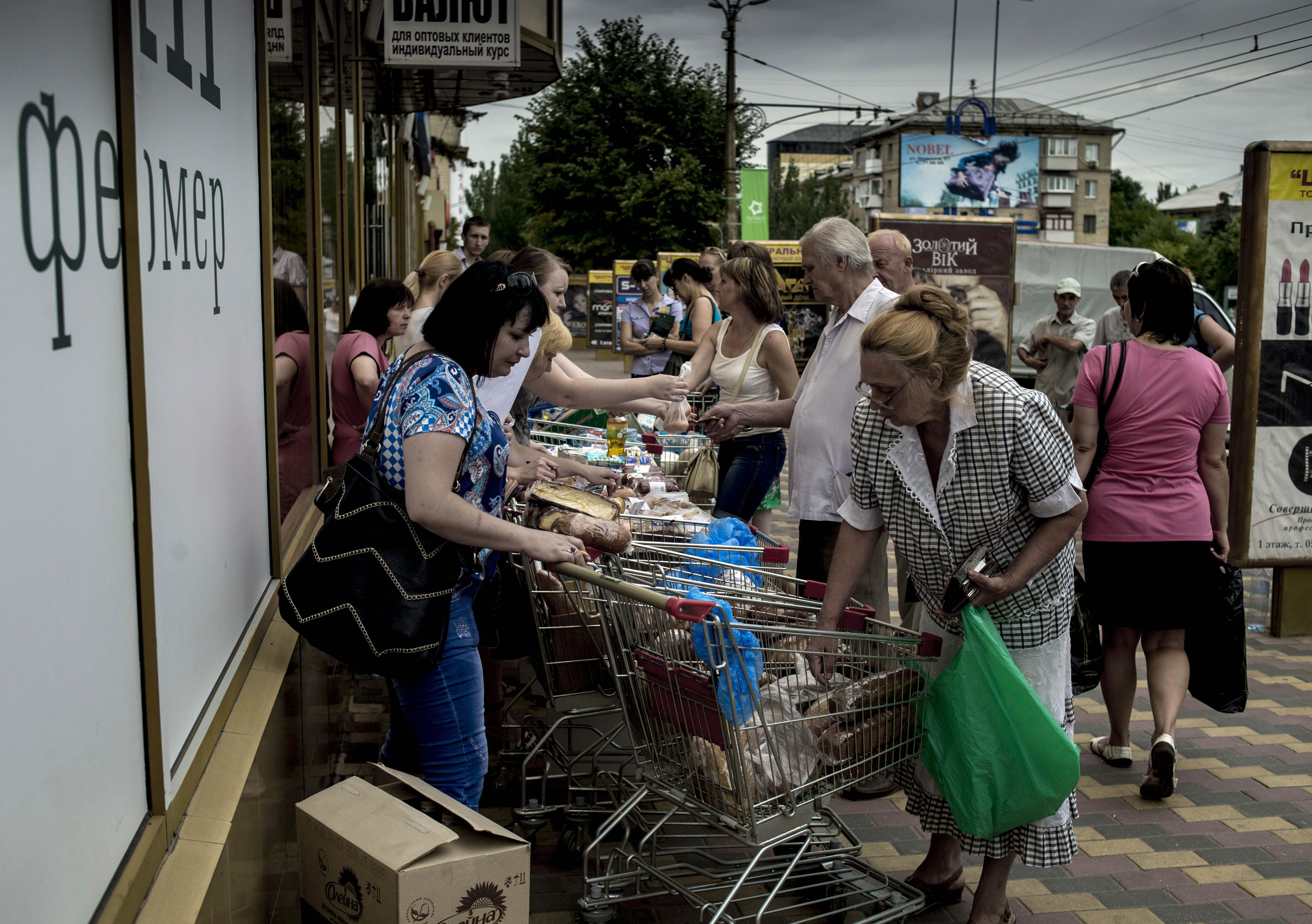 В Донецк държавните служители са получавали заплата само веднъж – в края на октомври, преди изборите за депутати в Народния съвет на ДНР, а лекарите и учителите са взели последните си възнаграждения за септември.
