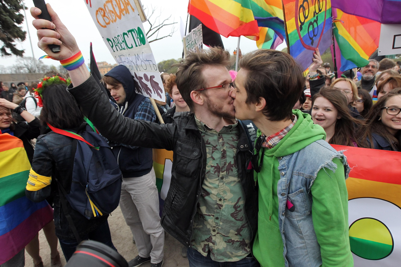 Острата реакция на обществото, особено на неговата консервативна част, по въпроса с ЛГБТ-браковете, се култивира на първо място от властта.