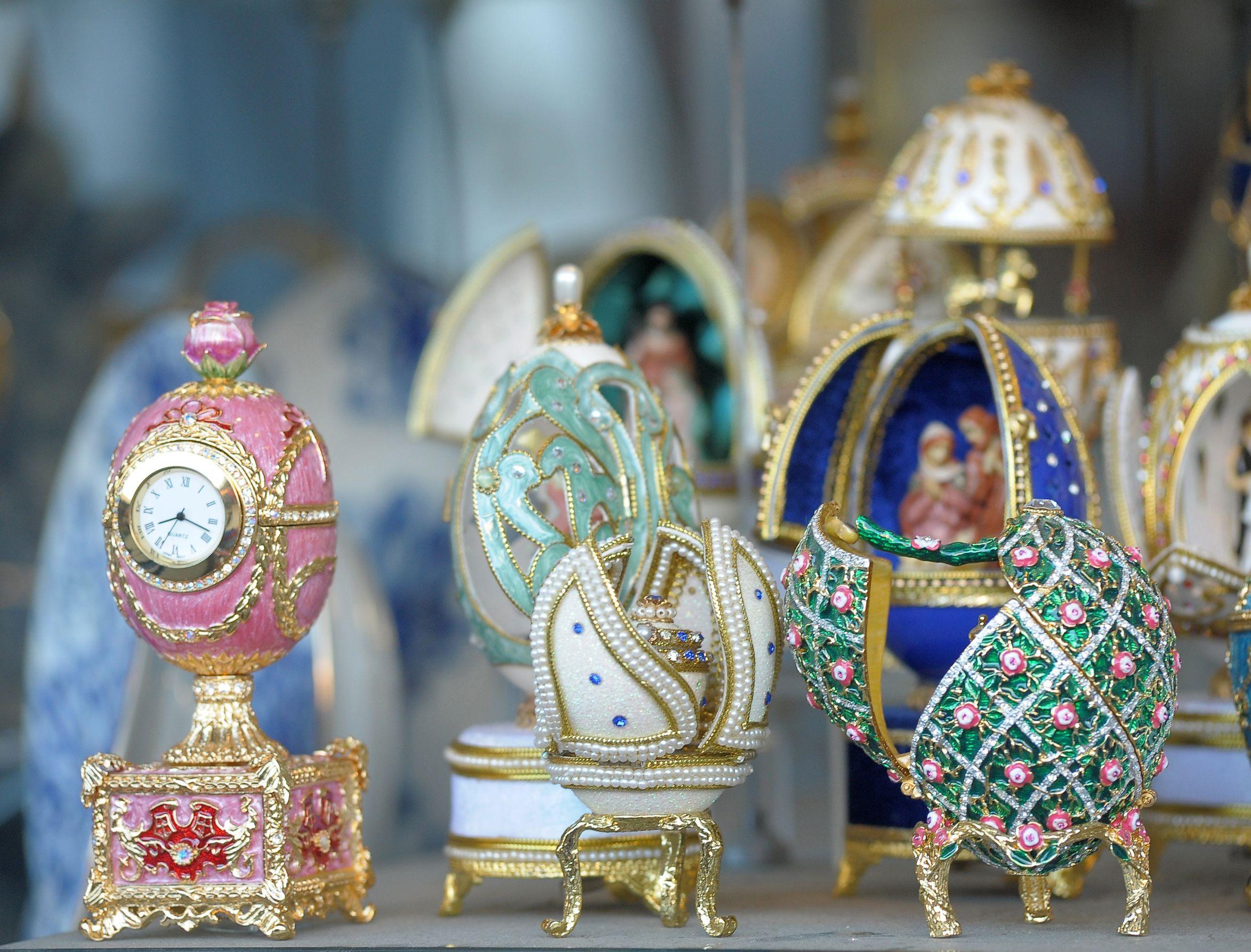 И в Източна Европа, и в Азия има хора и организации, които се интересуват от руското декоративно-приложно изкуство, и школи, които го изучават. И има лица, които биха искали да притежават изделия на руски майстори.