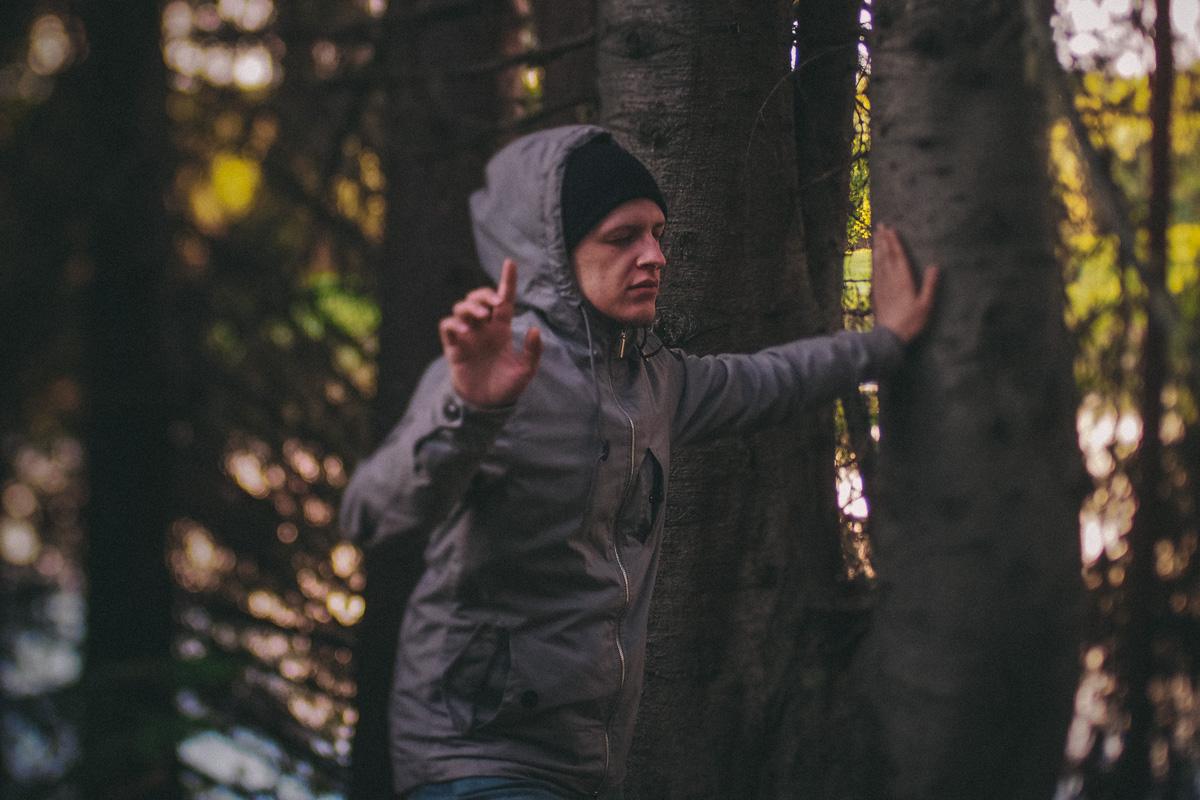 コミの異常現象のもう一つの説明となるのは、近くにある鉄鉱床だ。しかし、その質は粗悪であるため採掘はされていない。異教徒の森はなんとも神秘的な場所であるが、ここでは木々を抱擁したり木々に話しかけたりしても、何事も起きそうにない。