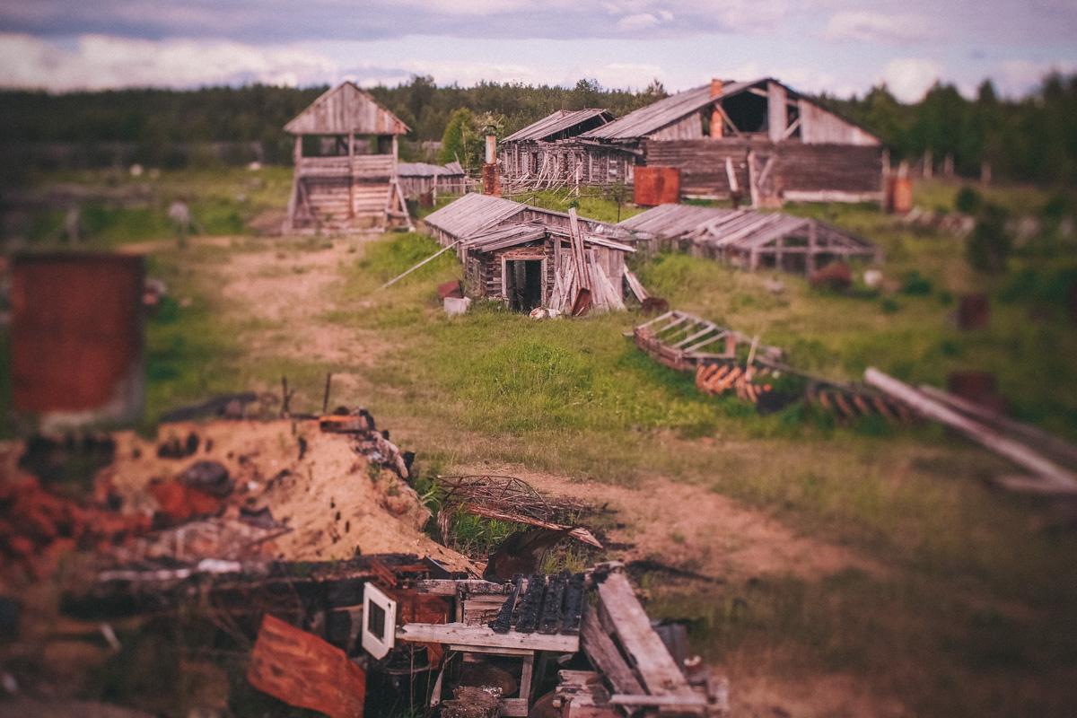 異常現象へのすべての道は最終的な目的地につながっている。ここでチームは、周囲が巨大なフェンスで囲まれ、焼失した家屋、今にも壊れそうな小屋や乗り捨てられた乗り物の錆びきった骨組みが散在する、灰の地面に足を踏み入れた。