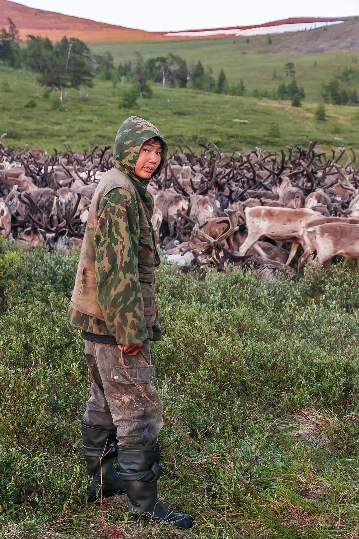 当地には現在、2種類のトナカイ牧場があると、ウユトノフ氏。一種類目は、いわゆる家内牧場。先祖代々トナカイの飼育に携わってきた人が運営している。このような人にとって、トナカイは私有財産であり、自分たちのトナカイを飼育している。