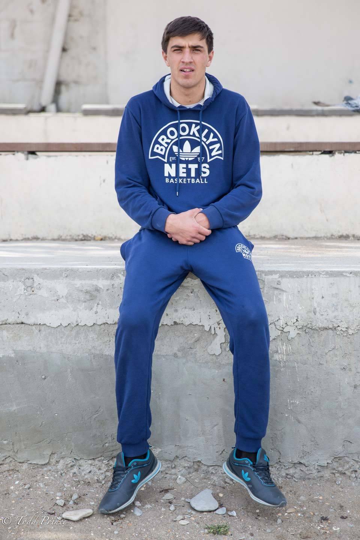 """Той беше облечен с костюм на """"Бруклин Нетс"""" (пуловер и панталон), докато вървеше покрай Каспийско море в Дагестан. Достатъчно висок е, за да играе баскетбол (2 м), но заяви, че се занимава с волейбол."""