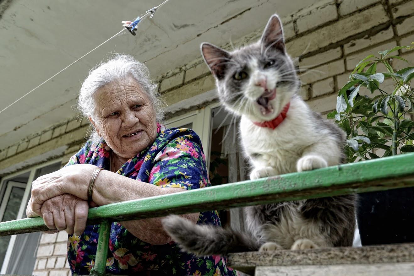 Александра Белоус, починала преди две години на 85-годишна възраст. Имала двама синове, но те починали. Прекарала три години в старчески дом. Котката й Мурзик също се преместила в дома преди три години.