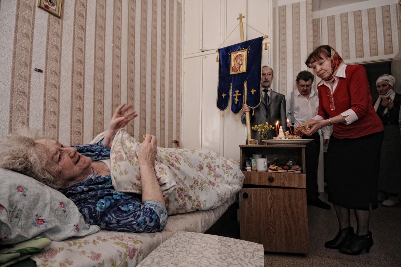 「居住者は絶望状態にあるという感覚があります。というのも、そこに住んでいる人全員には、子供が死んでしまったとか、過度の飲酒で病気になり親の面倒を見ることを拒んだとか、何か悲劇的なことがあったからです」と、この写真家は説明した。/ ガリーナ・ヤコヴレヴァ、老人ホームで3年間を過ごした後、2年前に80歳で亡くなった。