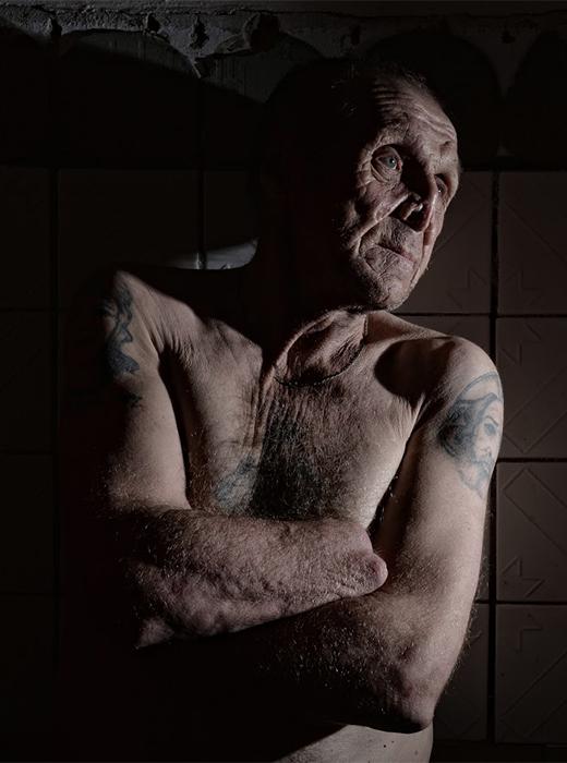 Viktor Alexejew (abgebildet), 65, war 28 Jahre wegen Rowdytum und Kämpfen im Gefängnis. Hatte eine Frau und Kinder, fand jedoch am Trinken Gefallen und ist jetzt allein. Seinen eigenen Angaben nach, bekam er