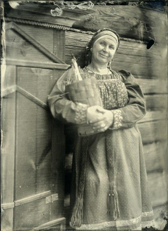 Costume typique du sud de la région de Nijni Novgorod : sarafane rond, chemise, ceinture tressée.