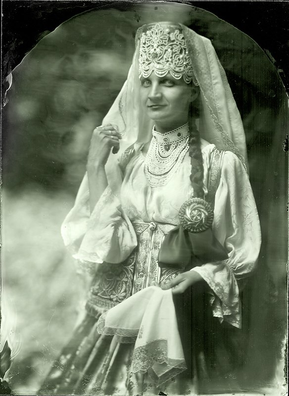 The costume of a prosperous peasant from Gorbatovsky District: ribbons embroidered with gold and pearls, necklace, kosnik (a ribbon woven into a plait), round sarafan on crinoline and silk sleeves (reconstruction by L. Tsyplakova).