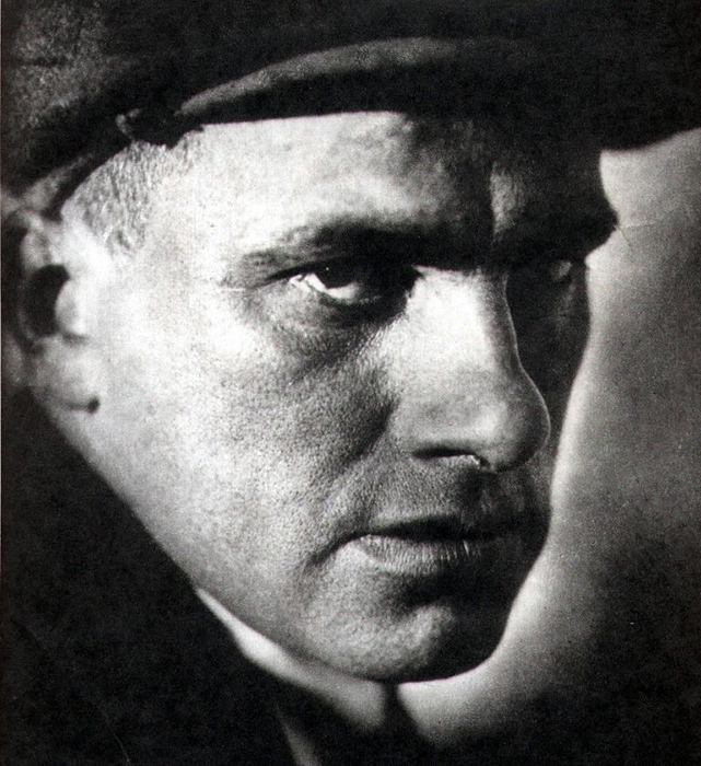July 19 marks the 122nd anniversary of the birth of Russian poet Vladimir Mayakovsky, the brooding James Dean of Futurism, and while his despair eclipsed his enormous talent, he lives on in verse. We choose the 10 best quotes from poems written by Vladimir Mayakovsky, full of passion and emotion. / Vladimir Mayakovsky, 1925.