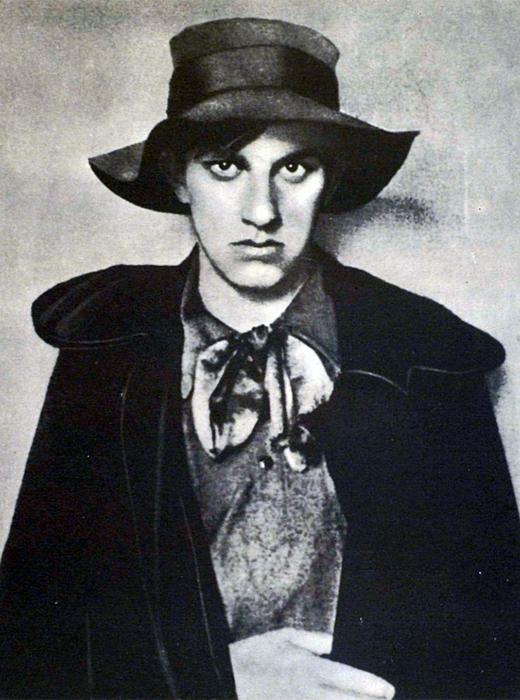 U mojoj duši nema jedne sijede vlasi, ona ni starački nježna još nije! Zaglušujuć svijet, kad se oglasim, idem – ljepotan, dvadeset i dvije mi je! Oblak u hlačama. 17-godišnji Majakovski, 1910.