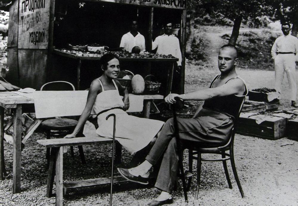 I nebo/što u dimu zaboravi da plavo je ikad bilo / oblaci dronjavi pogorelcima slični / u posljednju zure moju ljubav / što se tako sija / kao rumeni plamičak na sušičavom obrazu. Majakovski i Lilja Brik u Jalti, 1926.