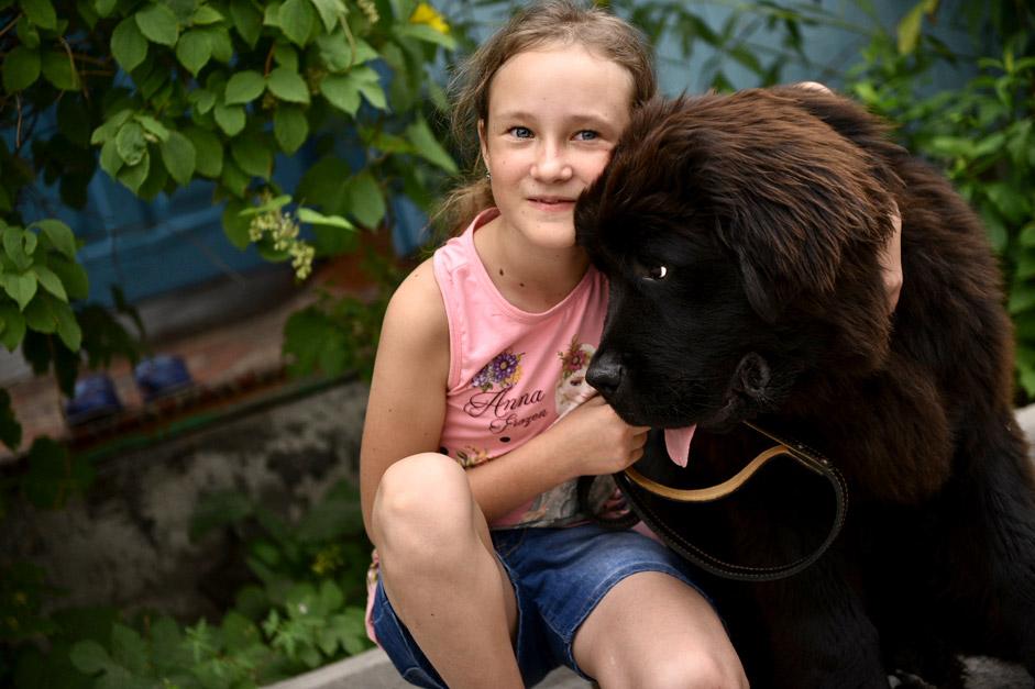 """Даша Яицка с кученцето от породата Нюфаундленд, подарено от Владимир Путин. По време на """"Пряката линия"""" с руския президент момичето изпратило електронно писмо, в което го помолило да му подари куче."""