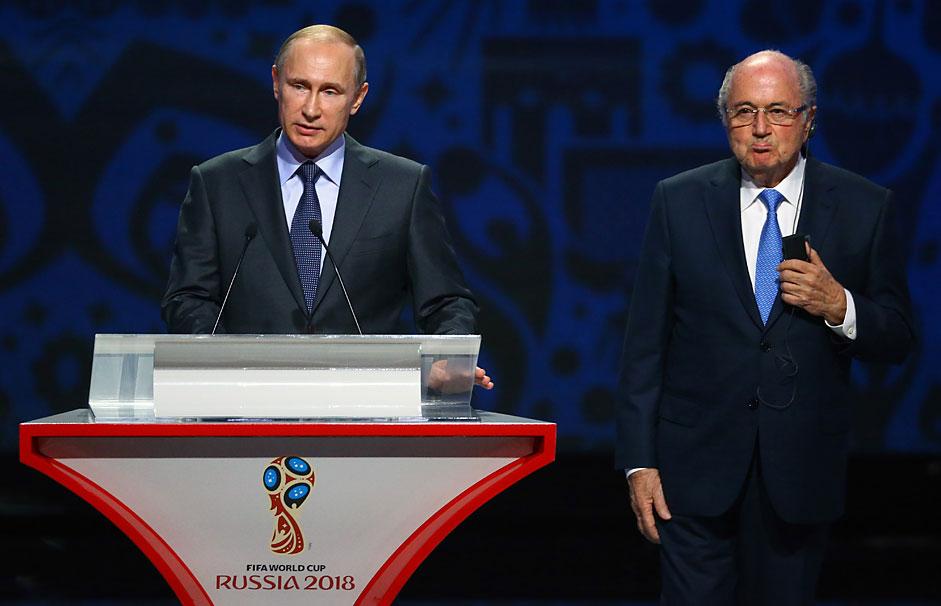 Руският президент Владимир Путин се обръща към президента на FIFA Йозеф Блатер на церемонията по тегленето на жребия за Световната купа 2018 в Константиновския дворец в Санкт Петербург на 25 юли.