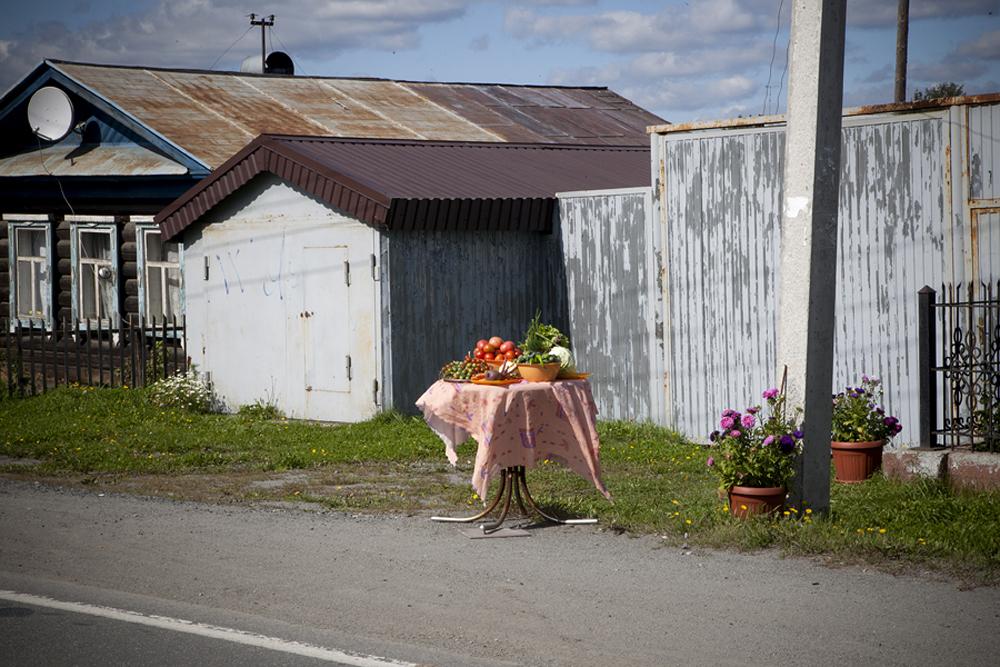 地元住民は道路沿いに自家製の農産物を販売している。これはロシアでよく見受けられる光景だ。