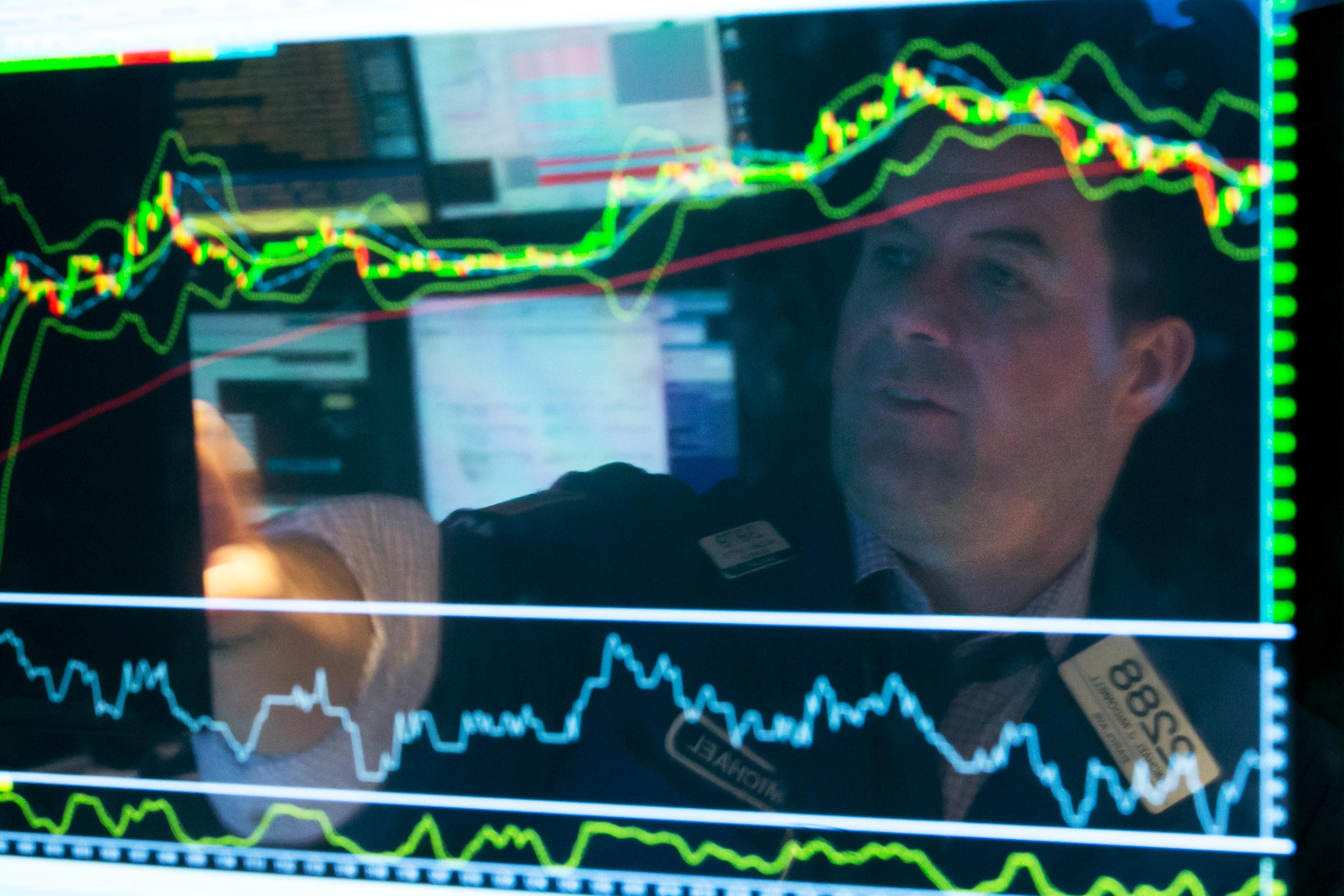 """Според данните на икономистите от Висшето икономическо училище разтеж в руската икономика може да започне едва през 2016 година. """"До края на годината ще протича само """"забавяне на снижаването"""", а през 2016 година може да се очаква """"неголям фонов ръст"""", се казва в изследването."""