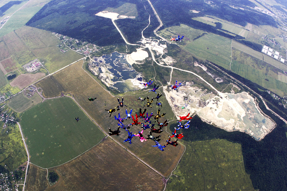 Тренировъчни скокове на парашутисти от Северозападния федерален окръг пред рекордния скок, по време на който ще бъде построена фигура с участието на 50 души.