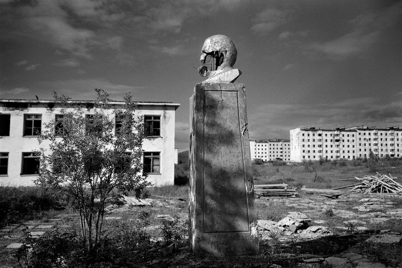 Кадикчан е изоставено миньорско селище. Селото е построено от затворници в ГУЛАГ, сред които бил и писателят Варлам Шаламов. След експлозия в мината през 1996 г. Кадикчан е закрит. Всички жители са изселени, комуналните услуги към домовете им са прекъснати, а частният сектор е убит, за да не се върнат хората. Паметникът на Ленин на централния площад е разбит на парченца от хората, напуснали домовете си последни.