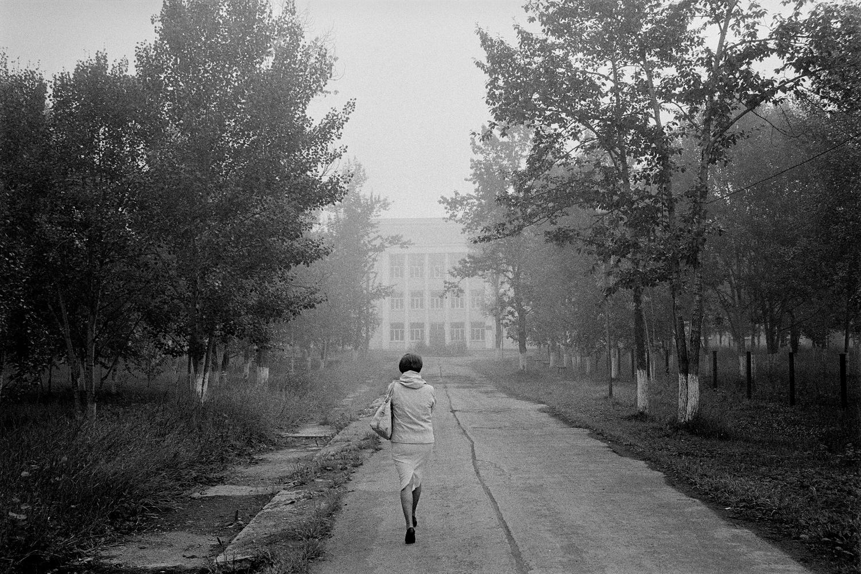 """12/16. Ово је централна болница саграђена четрдесетих година за затворенике Севвостлага. Варлам Шаламов је овде радио као болничар од 1946. до 1951. године. За сваког кога интересује историја логора ГУЛАГ-а, Шаламовљева збирка кратких прича """"Приче из Колиме"""" представља незаобилазну литературу. Стил и филозофија ове књиге разликују се од познатијег Солжењициновог дела """"Архипелаг ГУЛАГ"""", али и она одлично описује живот у логорима. Варлам Шаламов, који је преживео 17 година у логорима и писао веома снажно и упечатљиво, ипак није много познат у Русији и иностранству."""