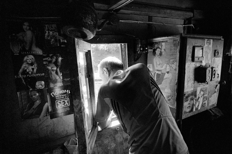 """14/16. У претходним деценијама број становника Магаданске области смањио се за две трећине. Ипак, упркос свим друштвеним немирима двадесетог века и недаћама које су задесиле Колиму, ова места још увек постоје """"у сенци времена"""". Радник у руднику """"Спокојни""""."""