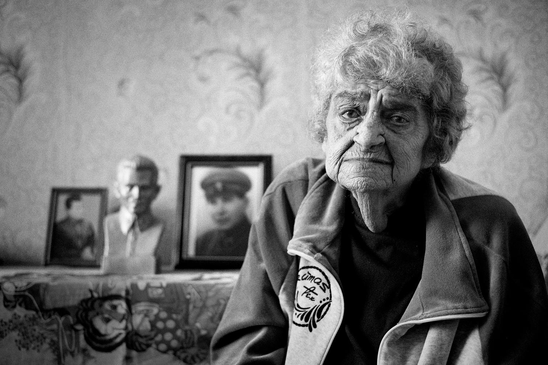 """Наталя Хаютина е осиновената дъщеря на комисаря по вътрешните работи Николай Ежов. Периодът на най-тежка репресия през 1937-38 г., известен като """"ежовшчина"""", носи неговото име. След ареста на Ежов Наталия е изпратена в сиропиталище. Завършва консерватория и доброволно се мести в Далечния север, където работи в музикално училище до пенсионирането си."""