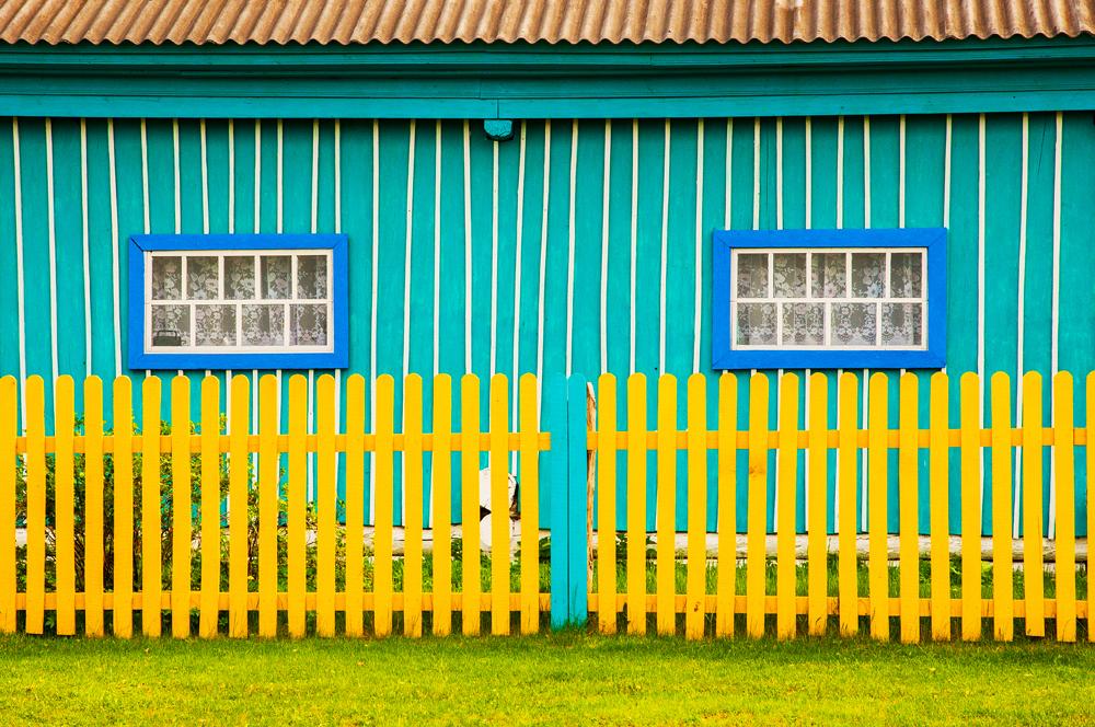 Entgegen der weitläufigen (und ziemlich ungerechtfertigten) Meinung, wonach Russland trostlos erscheine, gehen die hiesigen Bewohner die farbliche Gestaltung ihrer Häuser ganz unbefangen an und scheuen vor unvorstellbarsten Farben nicht zurück. // Das Dorf Amangildino