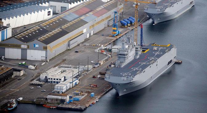 Os dois porta-helicópteros Mistral permanecem no estaleiro STX Les Chantiers de l'Atlantique, na França