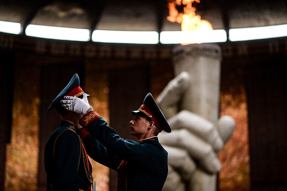Войниците от почетния караул до Вечния огън в Залата на войнската слава на Мамаевия курган във Волгоград.