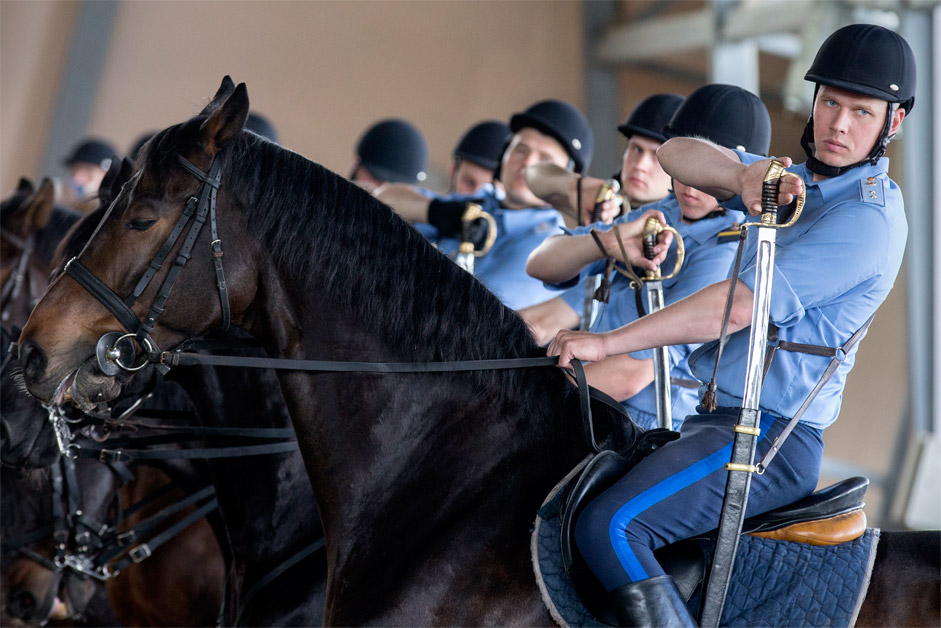 """Войниците от президентския полк в конно-спортния клуб """"Кремълска школа по езда""""."""
