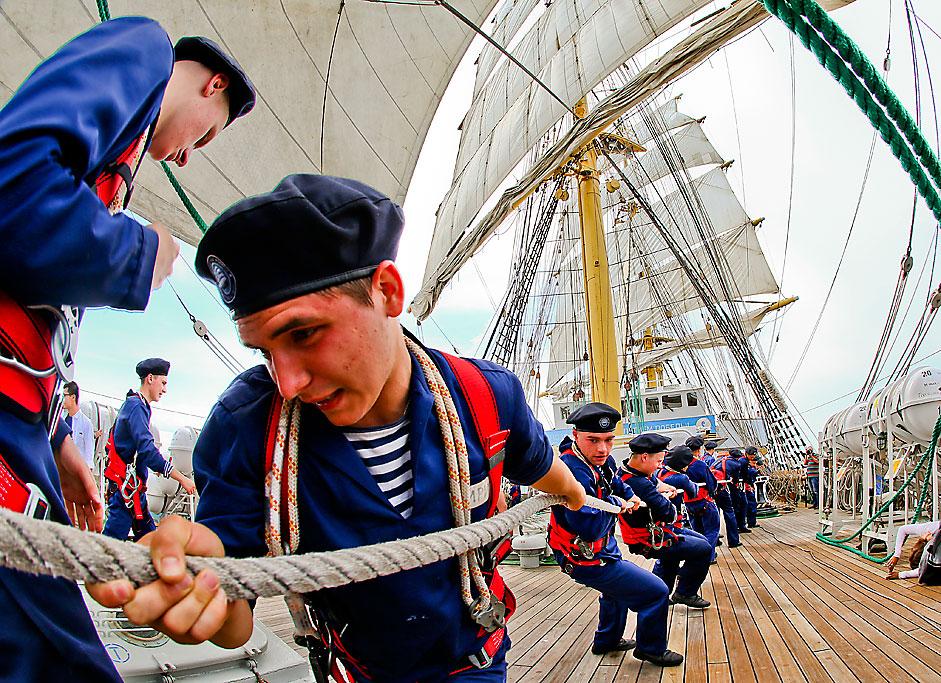 """Кадети на кораба """"Крузенщерн"""" по време на обиколка из Балтийско море."""