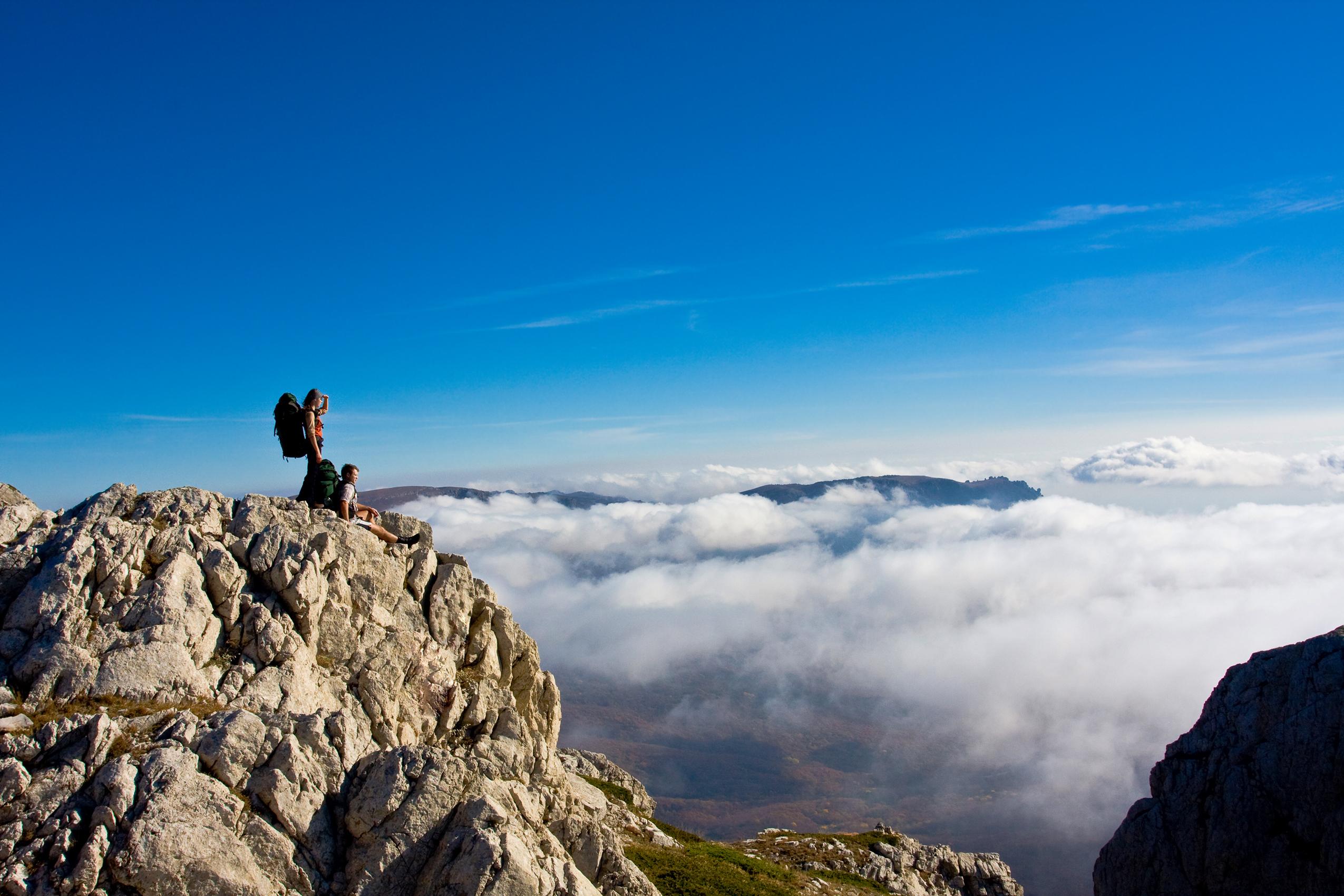 Да се пътува по тези места си заслужава не заради комфортната почивка, а заради свежия въздух, примесен с аромат на кипарис, планинските и морските пейзажи, звездното южно небе и достъпните цени.