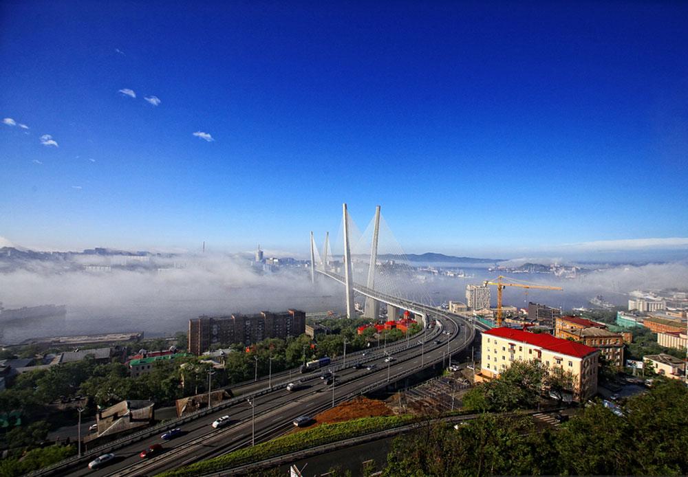 近い将来、ウラジオストク自由港についての法律が施行される予定。写真は金角湾大橋。