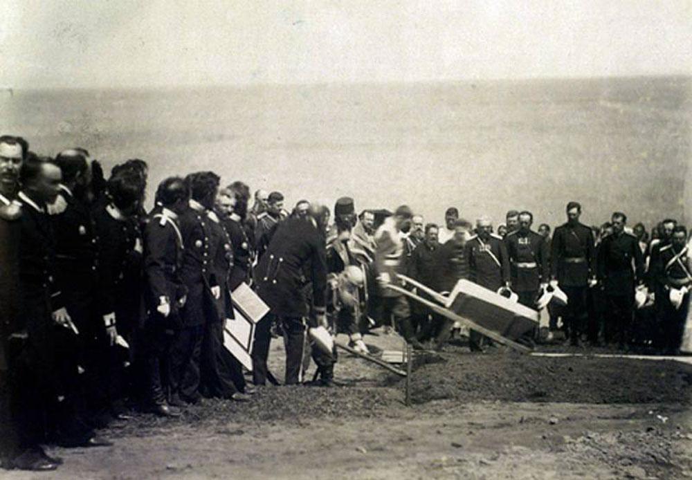 後にロシア帝国の最後の皇帝となるニコライ2世は、世界旅行、日本訪問そして1891年4月29日の大津事件の後の5月、ウラジオストクに到着した。ここではシベリア鉄道東部起工式典に出席し、自ら土壌の積まれた手押し車を工事現場に押した。