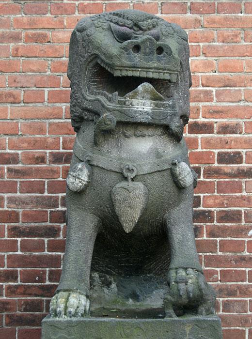 1899年、ウラジオストクで極東初の高等教育機関である東洋大学が創立された。1907年、建物の正面玄関に、満州から運ばれてきた「獅子」像2体が設置された。この獅子像は現在、極東技術大学の入り口を飾っている。