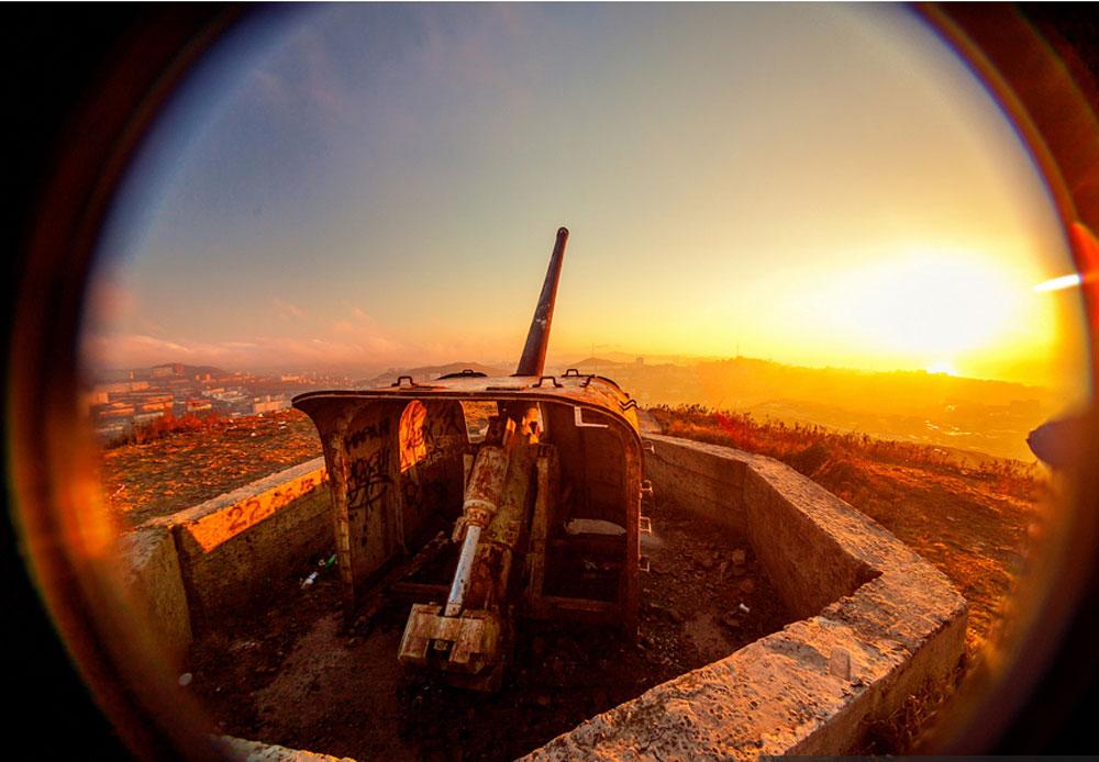 日露戦争は少しだけウラジオストクに影響をおよぼした。それは砲撃による2人の死亡と一部の人の避難である。当時、街は急速に強化され始めた。ウラジオストク要塞は1915年までには完成し、世界最高の沿海領域の要塞と考えられた。