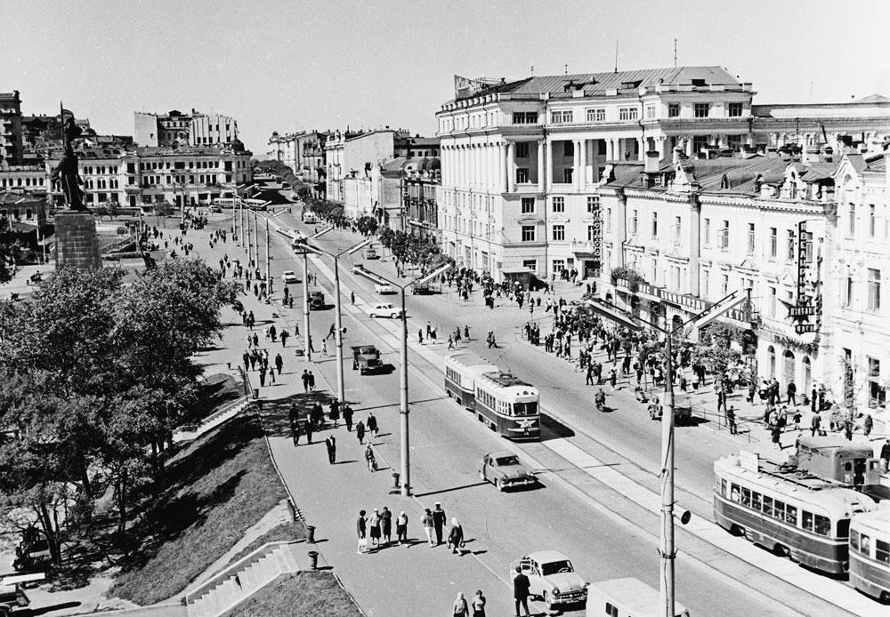 太平洋艦隊の主要基地となったウラジオストクは、1958年から1991年まで閉鎖都市だった。外国人の街への立ち入りは禁止されており、ソ連市民でも他の街から訪れる場合は特別な通行許可証が必要だった。