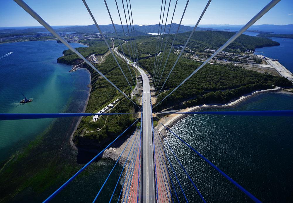 2012年、ウラジオストクでロシア初のアジア太平洋経済協力(APEC)首脳会議が開催された。サミットに先立ち、極東連邦大学および大きな橋3本が建設された。ルースキー島(写真)につながる橋は世界で2番目に高い(324メートル)。