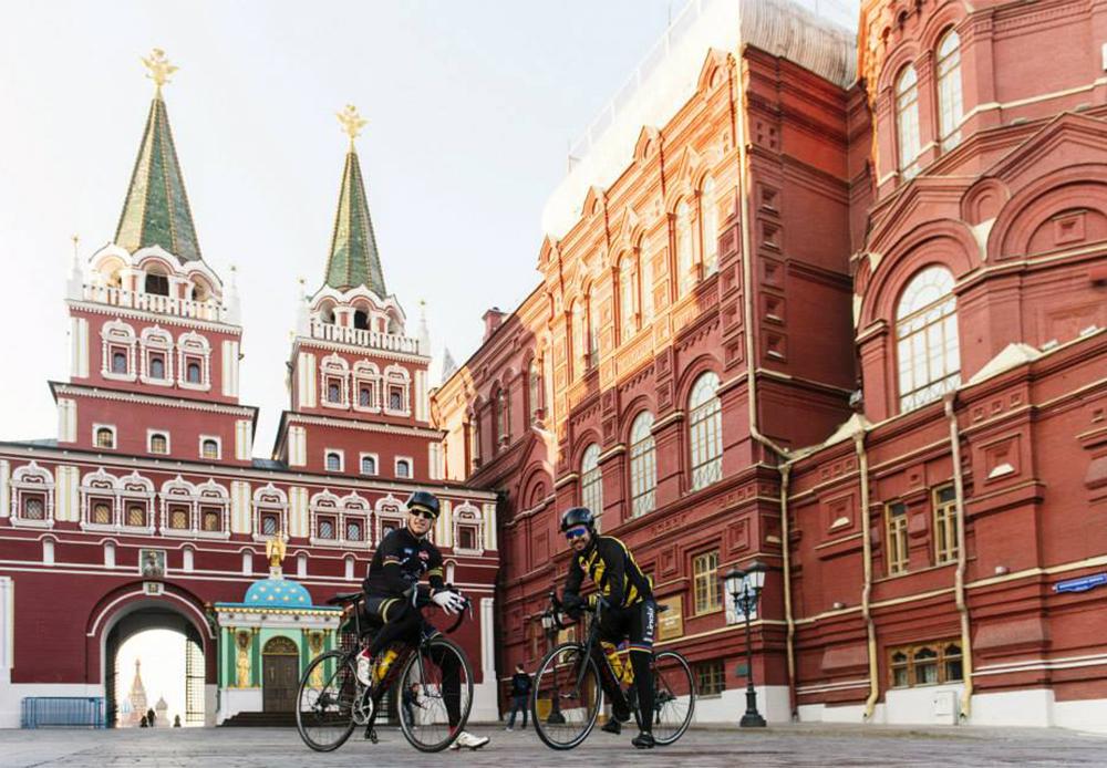 7つの時間帯、15行程、9195キロ。レッドブル・シベリア横断エクストリームサイクリングレースは、ロシア全土を横断する。参加者にとって、このレースは、世界最大の国を横断しながら、その偉大さ、美しさと長く多数の障害が待ち受けるルートを経験する機会でもある。