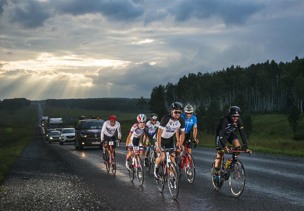 「私たちは2年間にわたり、大陸横断自転車レースをロシアで開催する準備をしてきました。レッドブル・シベリア横断エクストリームは、世界で最も広大な範囲を網羅する自転車レースで、シベリア横断ルート沿いにロシアを横断し、太平洋岸をゴール地点とするものです」とレッドブル・シベリア横断エクストリームのディレクターであるポール・ブルク氏は解説する。/ ノヴォシビルスク・クラスノヤルスク間の行程。
