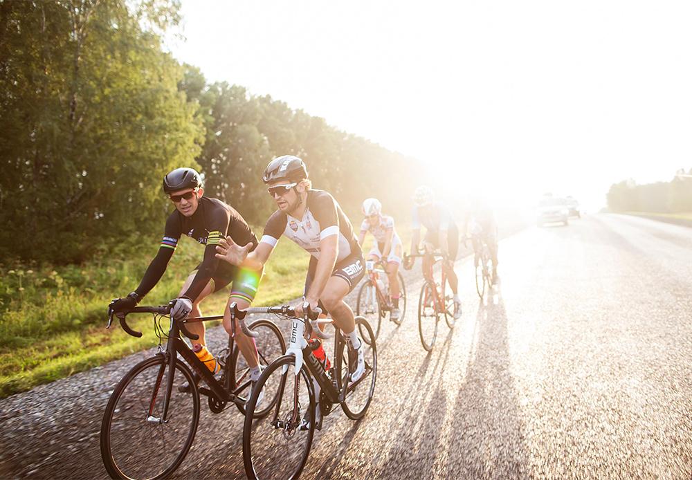 ロシア人自転車競技選手のミハイル・イグナティエフ氏は、2004年アテネ五輪の金メダリストで、続く2008年の北京五輪では銅メダリストだった。「通常、最初の100キロほどは誰もが自転車をこぎながらおしゃべりをします。皆、お互いのことを知っているんです。あるチームに所属していたかと思うと今度は別のチームに移籍となるので、ほとんどの選手とやり取りをすることになります。その後の100キロではペースを上げ始めます。最後の100キロではもう誰も他人と話をしません。友情はそっちのけになり、誰もが懸命になって、できるだけ上位を目指そうとします」(「ソヴィエト・スポーツ」から引用)。/ ノヴォシビルスク・クラスノヤルスク間の行程。